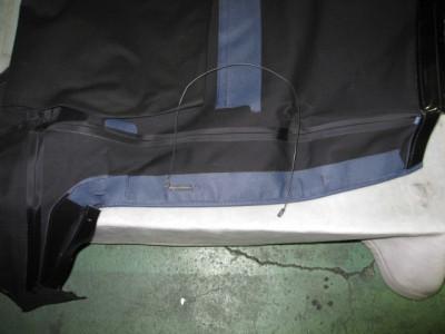 ワイヤーは社外品の物には付属していないので、純正の幌から外して、|幌交換